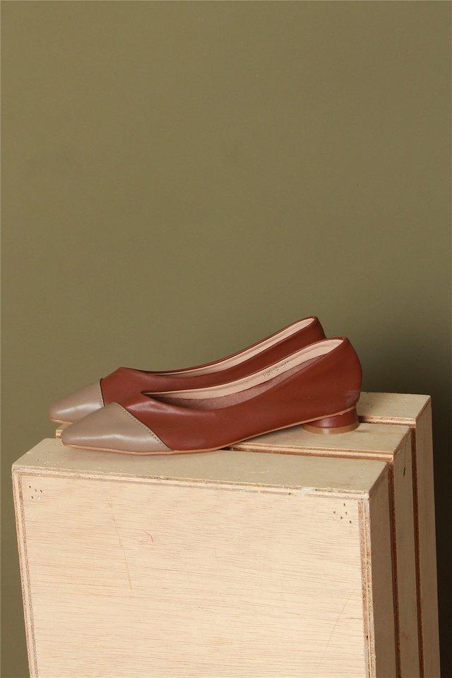 Colourblock Classic Flats in Maroon